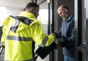 20180309 Schillenboer Youssef deelt gft emmer uit in neerbosch oost