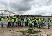 Leerlingen van het Stedelijk Gymnasium ruimen het Waalstrand op