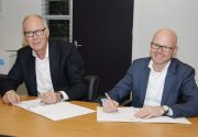 Ron Fennema en Arno van Gestel ondertekenen contract Dar Nuon