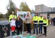 Wethouder Velthuis met kinderen van het octaaf Bart de Bruin en afvalcoaches