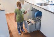 20190506 Kind scheidt afval in de keuken (2)